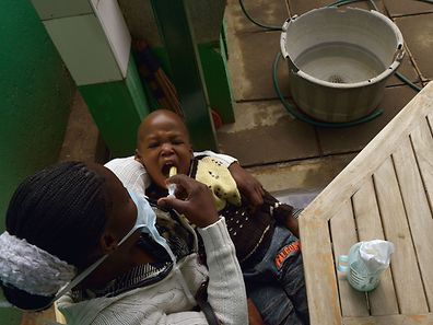 Dieser kleine Tuberkulosepatient (3) kann sich glücklich schätzen, dass seine Mutter ihn im Krankenhaus behandeln lässt.