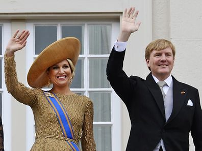 Dutch King Willem-Alexander (R) and Queen Maxima (L) wave to well wishers from the balcony of Noordeinde Royal Palace after the king officially opened the new parliamentary year with a speech outlining the caretaker government's plan and budget policies for 2014, in The Hague September 17, 2013. REUTERS/Toussaint Kluiters/United Photos (NETHERLANDS - Tags: ROYALS POLITICS ENTERTAINMENT)