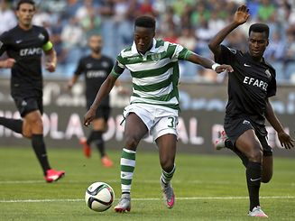 Acad�mica�s Nii Plange (R) fights for the ball with Sporting Lisbon�s Carlos Man� during their Portuguese First League soccer match held at Cidade de Coimbra Stadium, Coimbra,Portugal, 30th August 2015. PAULO NOVAIS/LUSA