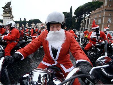 Rentiere und Schlitten das war gestern: Der Weihnachtsmann fährt jetzt Moto. Ein Bild aus einer Motorradtour in Rom (Italien)