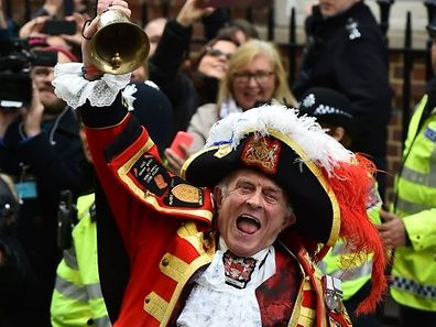 Town crier Tony Appleton makes an announment of the birth of Catherine, Duchess of Cambridge and Prince William's second child, a daughter, outside the Lindo wing at St Mary's hospital in central London, on May 2, 2015. The Duchess of Cambridge was safely delivered of a daughter weighing 8lbs 3oz, Kensington Palace announced. AFP PHOTO / BEN STANSALL