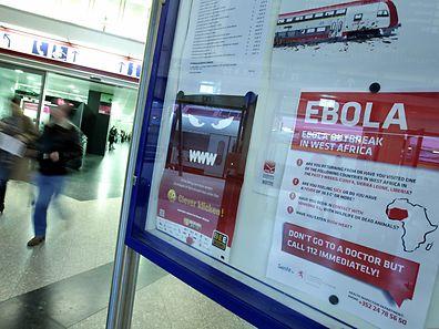 Ein Ebola-Hinweisschild am Hauptbahnhof Luxemburg.