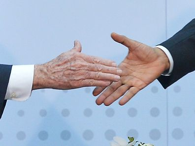 President Barack Obama (r.) shakes hands with Cuba's President Raul Castro