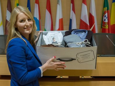 Une des deux cofondatrices d'Outfittery, Julia Bösch, avec le colis typique que reçoit un client de sa société. Photo: Chris Karaba