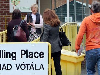 Die Iren stimmten gleichzeitig in einer zweiten Referendumsfrage über das Mindest-Wählbarkeitsalter ihres Präsidenten ab.