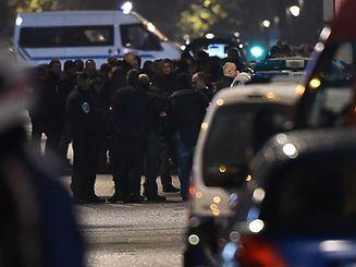 Massiver Polizeieinsatz vor der Wohnung, in der sich die Geiselnehmer verschanzt haben.