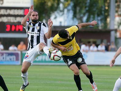 Jonathan Zydko (l.) und der Niederkorner Dzenid Ramdedovic kämpfen um den Ball.