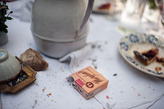 Historische Details: Selbst die Zigarettenpackungen müssen wie das Original im Jahr 1945 wirken.