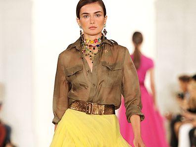 Einen weiblichen Touch bekommt der Army-Look, wenn man wie bei Ralph Lauren die Bluse im eher strengen Stil mit fließenden Stoffen kombiniert