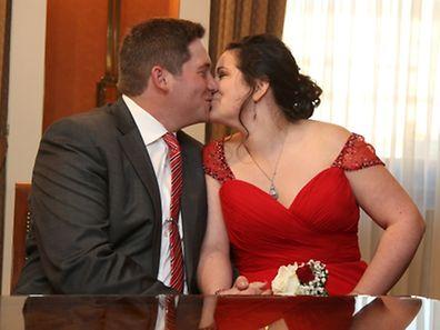 Ein glückliches Brautpaar und gut gelaunte Gäste bei der standesamtlichen Hochzeit im Rathaus von Hesperingen.