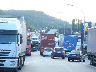 Vielen LKW fahren über Longlaville nach Rodingen, um dort zu tanken.