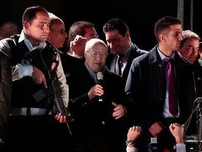 Essebsi (Mitte) ist davon überzeugt, dass er die Wahl gewonnen hat.