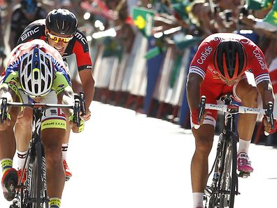 Jempy Drucker behind Peter Sagan (l.) at the finish of Monday's stage three