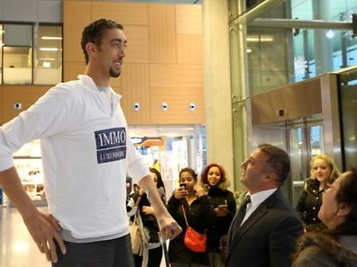 World's Tallest Man Sultan Kösen arrives at Findel Airport