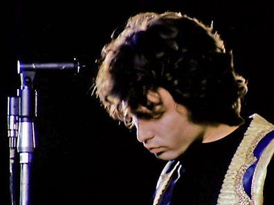 """Im Song """"The End"""" von der kalifornischen Band The Doors fantasiert Jim Morrison (Foto) von der Ermordung und Sch�ndung seiner Eltern. Um die �ffentlichkeit vor solchen und anderen Entgleisungen zu sch�tzen, werden bei Konzerten sogar Polizisten auf der B�hne postiert."""