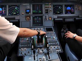 Das Archivfoto zeigt Piloten im Cockpit eines Airbus A320. Dieser Flugzeugtyp erfülle alle Sicherheitsstandards, meint Pilot Dirk Becker.