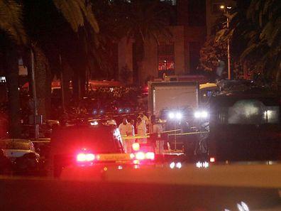 Polizei und Spurensicherung untersuchen den Bus, in dem eine Bombe explodierte.