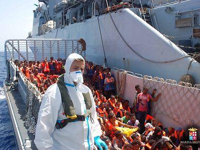 Die italienische Marine musste in den letzten Tagen immer wieder Flüchtlinge retten.