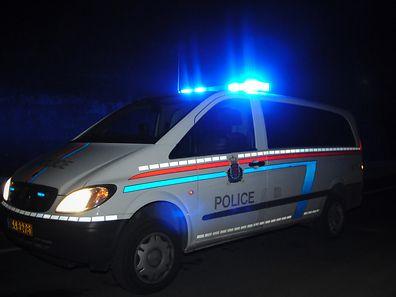 Der Raufbold trat mit den Füßen gegen die Schiebetür des Polizeiwagens, bis diese aus den Angeln fuhr.