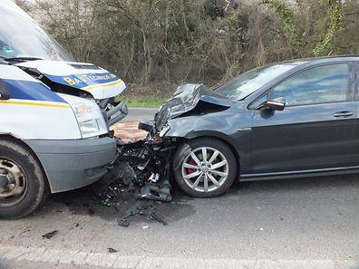 Ein Auto prallte frontal in einen Lieferwagen. Der 71-jährige Fahrer des Wagens wurde dabei schwer verletzt.