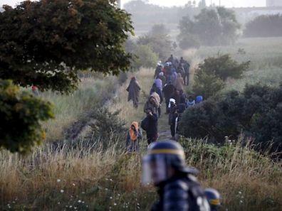 Les migrants qui bloquaient l'Eurotunnel sont ici repoussés par la police à Coquelles, près de Calais.