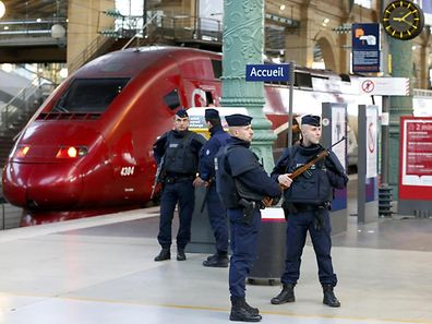 Polizisten vor einem Thalys-Zug in der Pariser Gare du Nord.