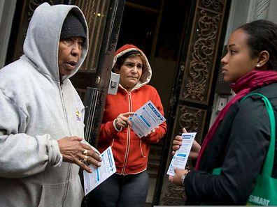 Eine Vertreterin der New Yorker Gesundheitsbehörde (r.) beruhigt die Nachbarn des erkrankten Arztes.