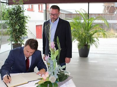 Xavier Bettel signs condolence book at Roeser town hall