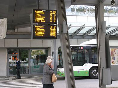 Des panneaux d'affichage indiquent en temps réel où se situe le bus attendu.