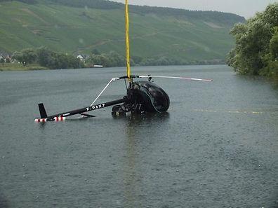 L'hélicoptère a encore pu être repêché dans la Moselle dimanche en fin de journée.