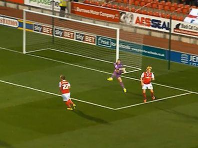 Trop précipité, Jason Steele, le gardien des Blackburn Rovers, loupe complètement son dégagement du pied gauche
