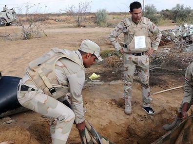 Des soldats égyptiens inspectent un tunnel dans le Sinaï.