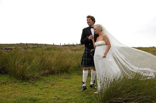 Ihr Mann, Thomas Schoos, trug - traditionsgemäß - einen Kilt.