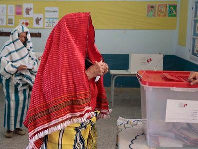 Das Präsidentenamt wird erstmals in freien Wahlen vergeben. Ex-Regierungschef Béji Caid Essebsi und Interimspräsident Moncef Marzouki treten gegeneinander an.