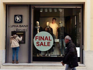 Kunden plündern aus Angst vor dem Grexit ihre Konten und haben allein in den vergangenen zwei Monaten Schätzungen zufolge bis zu 25 Milliarden Euro abgehoben.