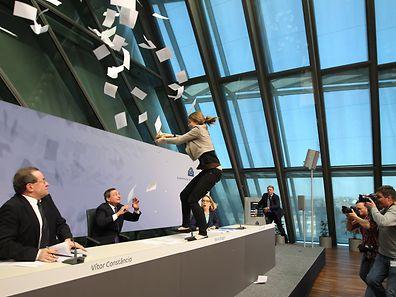 O governador do BCE foi interrompido por uma manifestante