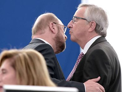 """EU Commission chief Jean-Claude Juncker speaks with European Parliament President Martin Schulz  prior to unveiling an eagerly awaited 315-billion-euro investment plan to """"kickstart"""" the economy"""