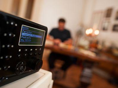 Besonders komfortabel enpfängt man Sender aus dem Netz mit WLAN-Radios, die oft wie klassische Küchen- oder Kofferradios aussehen.
