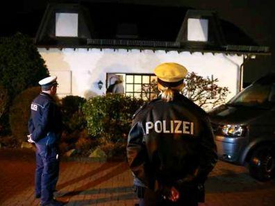 La police allemande devant la maison supposée être celle des parents du co-pilot Andreas Lubitz à Montabaur