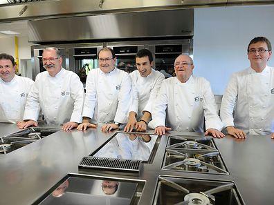 Eneko Atxa (quatrième en partant de la gauche) entouré d'autres chefs espagnols, en 2011, lors de l'inauguration du Basque Culinary Center.