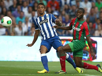 FC Porto's Danilo (L) in action against Maritimo's Sami during their Portuguese First League soccer match, held at Dragon stadium,  Porto, 25 August 2013. JOSE COELHO/LUSA