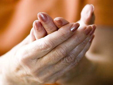 Entzündliches Rheuma kann dazu führen, dass Blutgefäße verkalken. Spezielle Medikamente können helfen.
