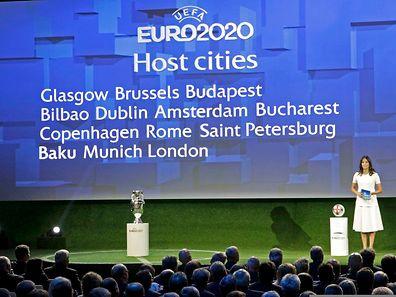 Voici le nom des 13 villes-hôtes de l'Euro 2020: Glasgow, Bruxelles, Budapest, Bilbao, Dublin, Bucarest, Amsterdam, Copenhague, Rome, Saint-Pétersbourg, Bakou, Munich et Londres, pour la finale et les demi-finales