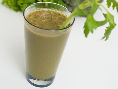 Auch für Gemüse-Smoothies sollte Obst die Grundlage sein: Apfel und Banane sorgen dafür, dass der Geschmack von Brokkoli oder Sellerie nicht zu bitter wird.