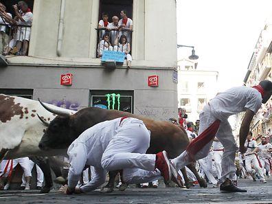 Das alljährliche Stiertreiben im spanischen Pamplona findet seit Montag wieder statt.