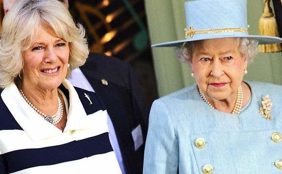 Herzogin Camilla (l) und Queen Elizabeth in London.
