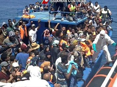 Die italienische Küstenwache ist im Mittelmeer im Dauereinsatz, wie hier vor wenigen Tagen, als sie Menschen von einem überfüllten Schiff rettete.