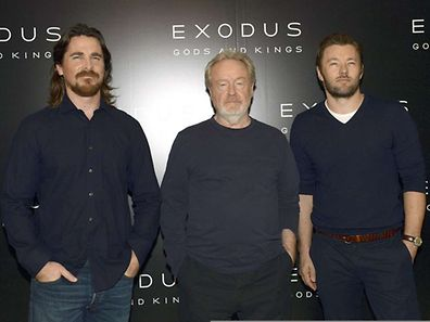"""""""Exodus"""" Hauptdarsteller Christian Bale  (l.) an der Seite von Regisseur Ridley Scott und dem australischen Kollegen Joel Edgerton bei der Filmpräsentation in Paris."""