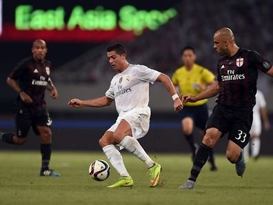Real Madrid's Portuguese forward Cristiano Ronaldo (C) and AC Milan's Brazilian defender Rodriego Alex vie for the ball during the International Champions Cup football match between AC Milan and Real Madrid in Shanghai on July 30, 2015.   AFP PHOTO / JOHANNES EISELE