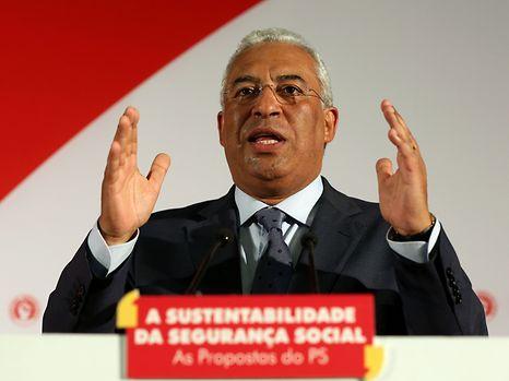 """O secretário-geral do Partido Socialista, António Costa, discursa durante a sessão de esclarecimento organizada pelo partido """"A sustentabilidade da Segurança Social - as propostas do PS"""", que teve lugar em Lisboa, ontem à noite"""